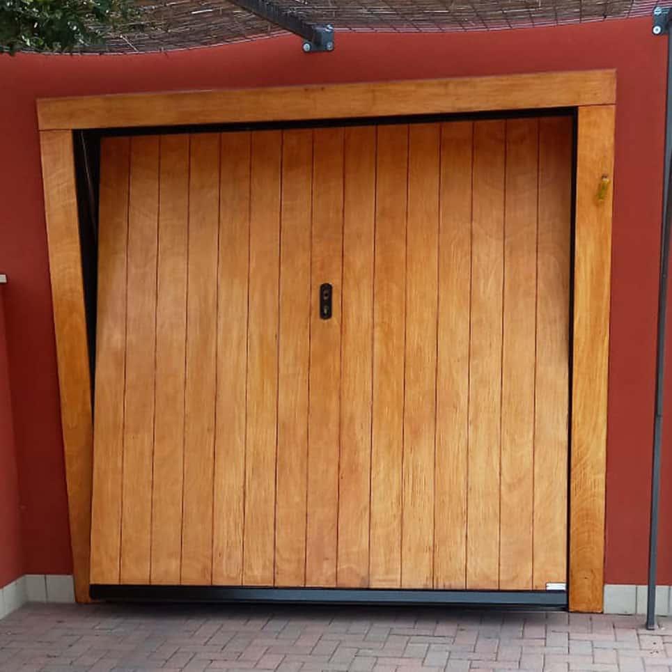 Portone garage in legno dopo